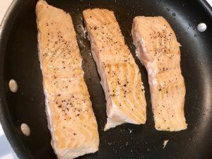 Salt_pepper_seasoned_salmon_fillets_grilled_stovetop